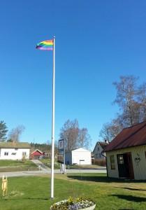 Torestorps Framtid, flaggstång med regnbågsflagga_beskuren